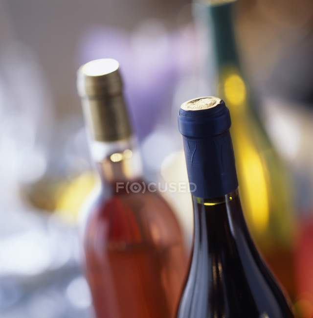 Бутылки вина с шапки — стоковое фото