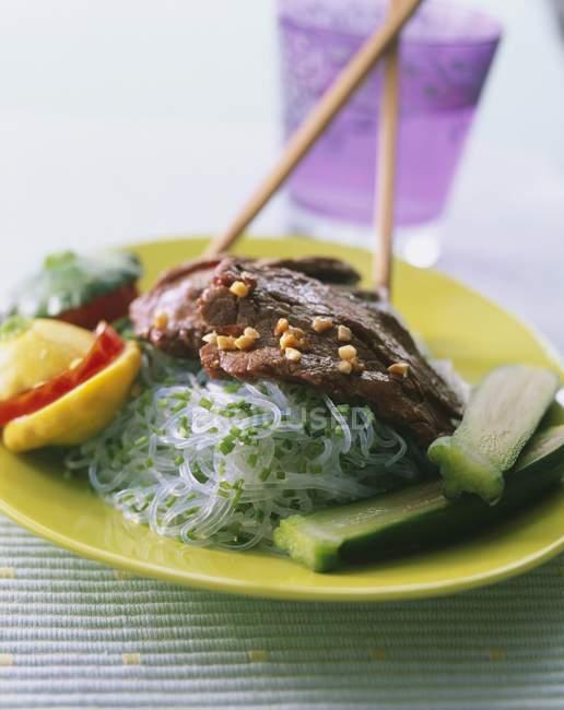 Boeuf sauté aux nouilles chinoises — Photo de stock
