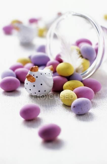 Closeup vista mini ovos de Páscoa com tigela estatueta e classe de galinha — Fotografia de Stock