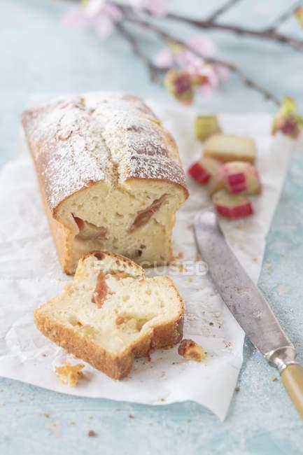 Нарезанный пирог из ревеня — стоковое фото