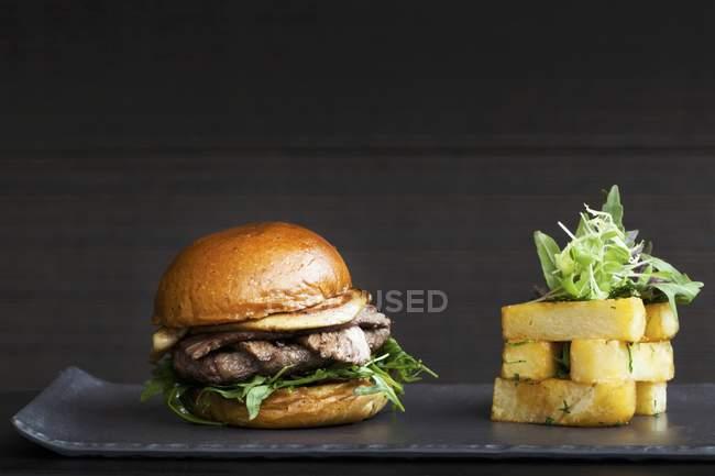 Бургер з салату, бекон fois gras та — стокове фото