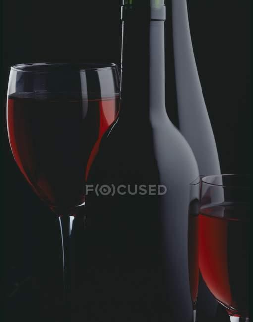 Flasche und Gläser Wein — Stockfoto
