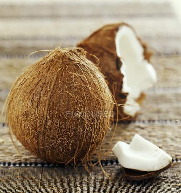 Свіжого кокосу, причому половина — стокове фото
