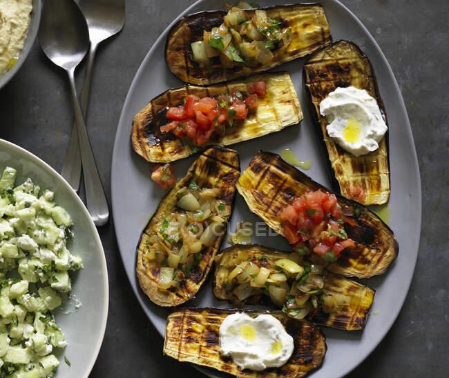 Aubergines grillées avec salade de concombre — Photo de stock