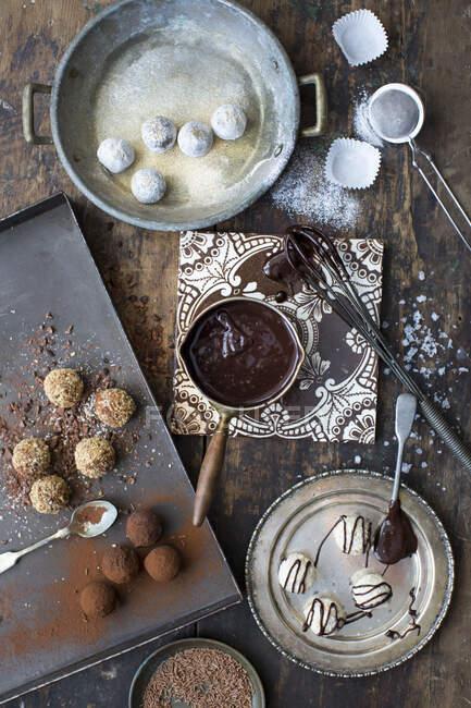 Pralines de truffe faites à la main avec sauce au chocolat — Photo de stock