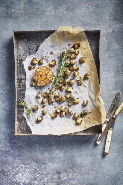 Carne al horno con hierbas sobre papel pergamino con aceite de oliva y tomillo. - foto de stock