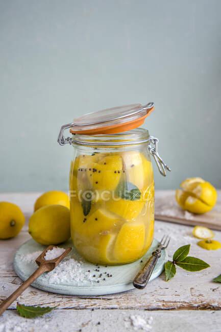 Збережені лимони (сіль) у процесі виготовлення — стокове фото