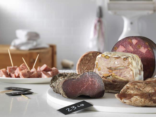 Diferentes tipos de carne y verduras en la mesa de madera - foto de stock