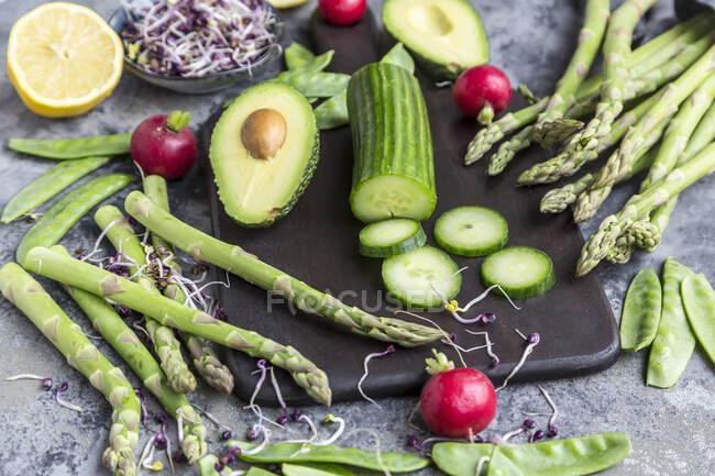 Verdure fresche e frutta su sfondo scuro. vista dall'alto. — Foto stock