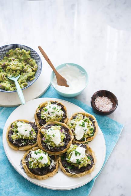 Tarta de frijol vegetariano con guacamole - foto de stock