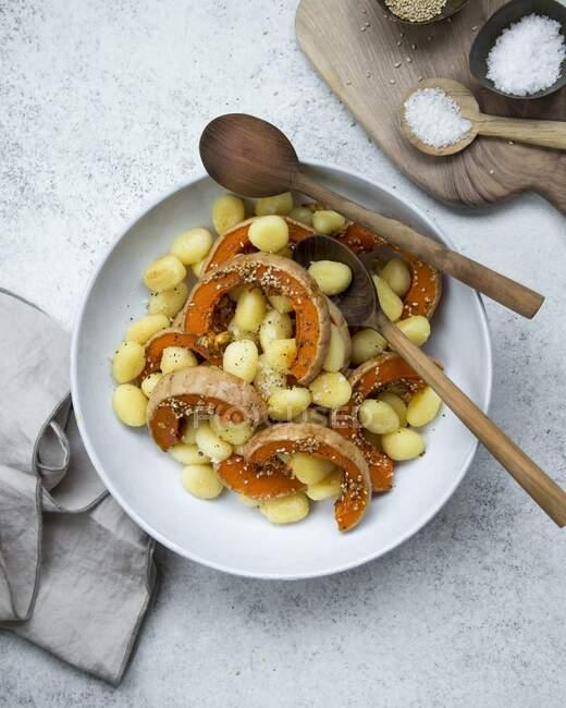 Gnocchi à la courge musquée et graines de sésame — Photo de stock