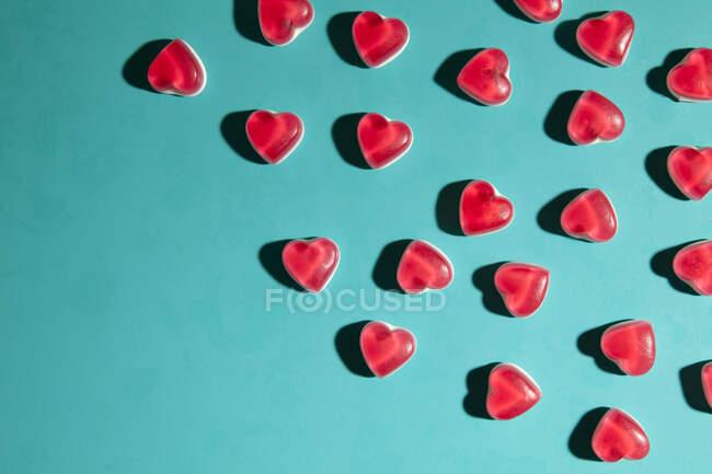 Dulces de corazón sobre fondo turquesa - foto de stock