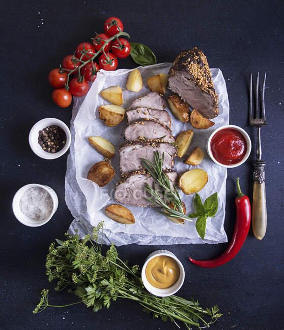 Porco cozido a frio com batata e tomate cereja — Fotografia de Stock