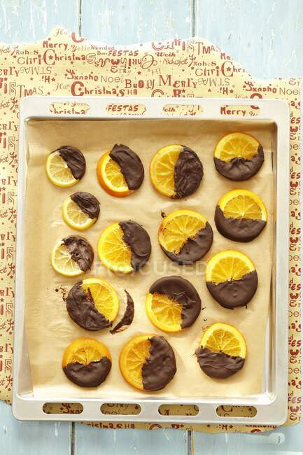 Rodajas de naranja y limón con acristalamiento de chocolate negro - foto de stock