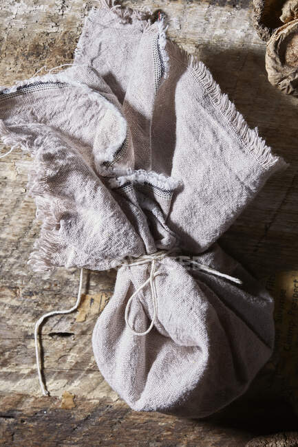 Primer plano de delicioso té crudo de setas en una bolsa de lino - foto de stock