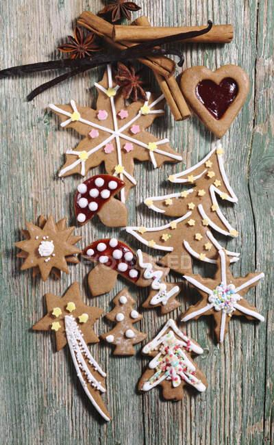 Vari biscotti di pan di zenzero decorati per Natale — Foto stock