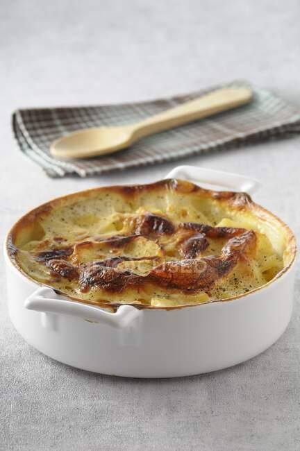 Patata rallada en un plato redondo para hornear - foto de stock
