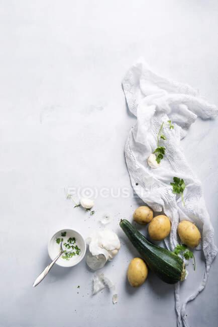 An arrangement of courgette, potatoes, garlic and vegan herb sauce — Stock Photo
