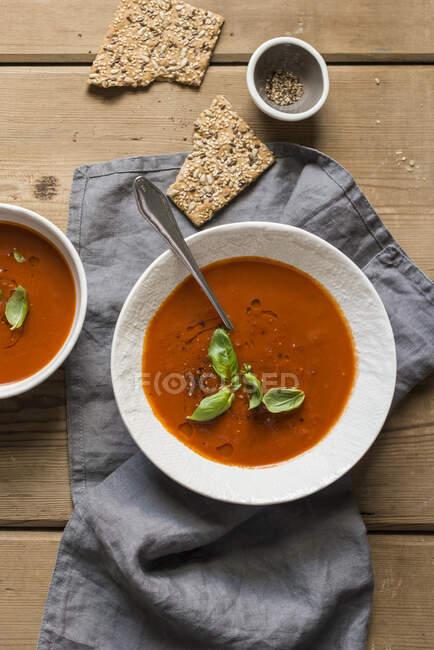 Суп з помідорами на дерев
