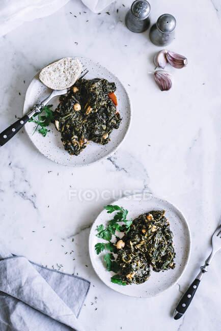 Assiettes avec salade d'algues et d'épinards — Photo de stock