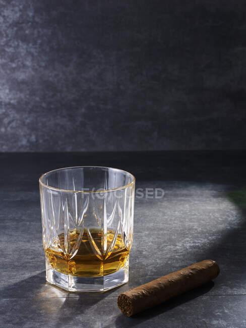 Кришталеве скло з віскі та густою сигарою. — стокове фото