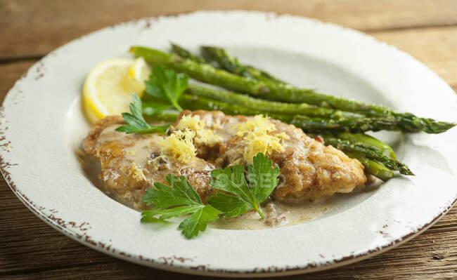 Pollo de limón con espárragos verdes - foto de stock