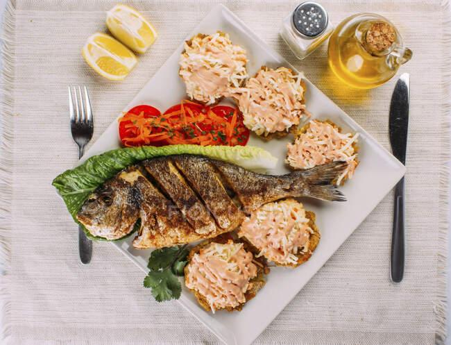 Vista superior de peixe frito, salada e mordidas — Fotografia de Stock