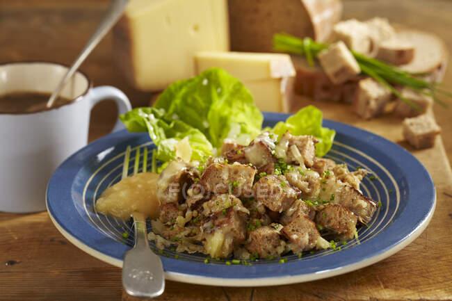 Old Maa (ensalada de pan appenzeller, Suiza)) - foto de stock