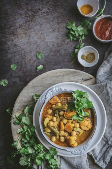 Tazón de delicioso curry de garbanzos veganos con hierbas - foto de stock