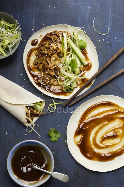 Vegan Chinese Jackfruit 'cank style' pancakes étant faite sur un fond bleu foncé — Photo de stock