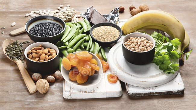 Products containing magnesium on wooden table - foto de stock