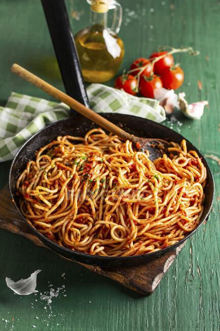 Espaguetis clásicos con salsa de tomate y especias - foto de stock