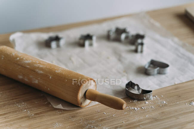 Primer plano de deliciosas herramientas de cocina de madera - foto de stock