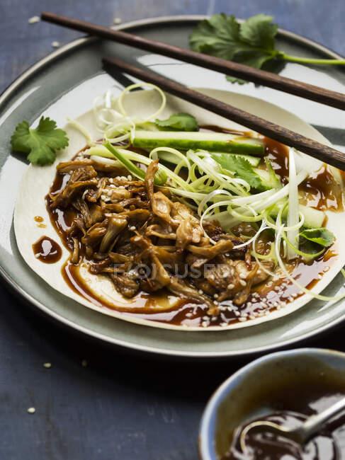 Crêpes végétaliennes de style 'canard' au jacquier chinois — Photo de stock