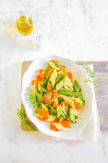 Salade de haricots verts plats pois blancs et carottes aux herbes aromatiques — Photo de stock