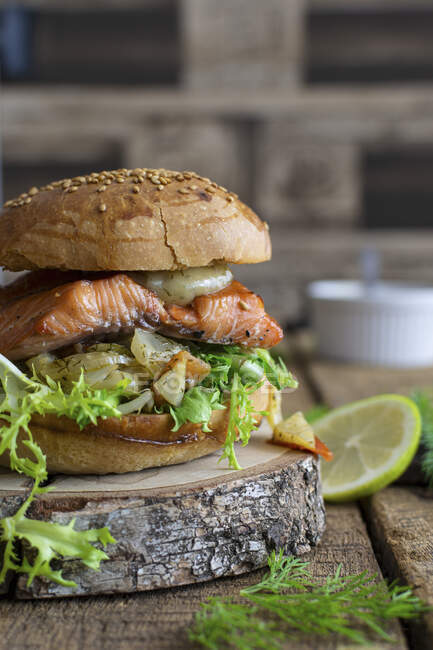 Hamburguesa con salmón asado - foto de stock