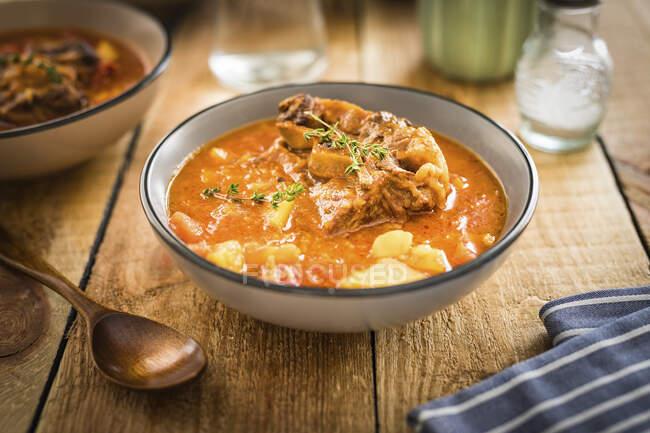 Sopa de cola de res con patatas y tomillo - foto de stock