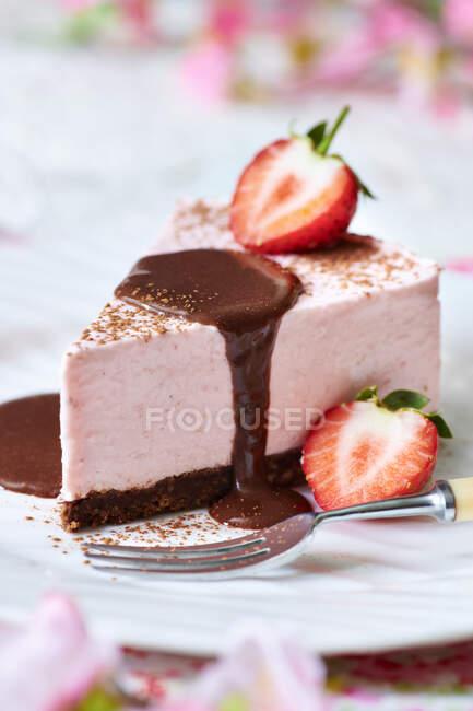 Gros plan de délicieux gâteau au fromage aux fraises au chocolat — Photo de stock