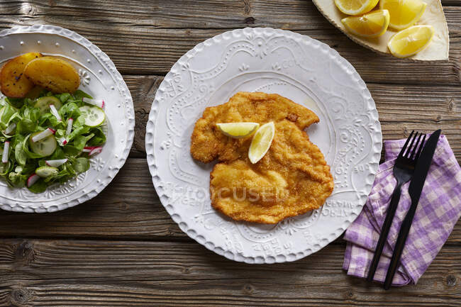 Wiener Schnitzel (escalope de veau pané) avec salade — Photo de stock