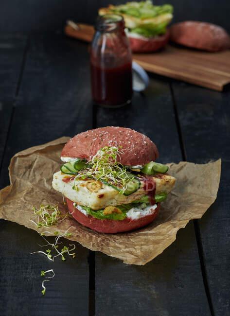 Um hambúrguer de beterraba com halloumi e ketchup — Fotografia de Stock