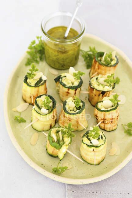 Calabacines a la parrilla rellenos de pesto, queso y almendras - foto de stock