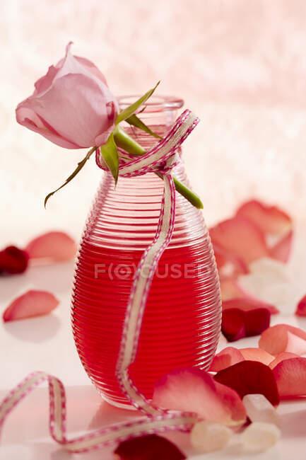 Домашний ликер с лепестками роз в подарок — стоковое фото