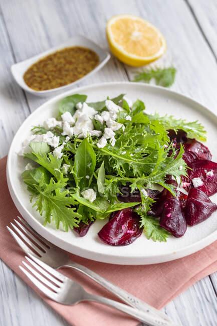 Salade verte aux betteraves grillées, mizuna et feta — Photo de stock