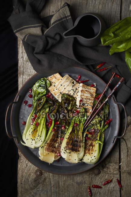Salade Bok choy au poisson frit — Photo de stock