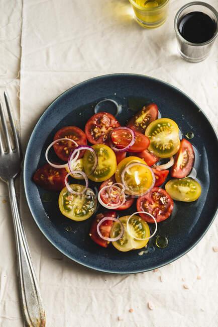 Salade de tomates jaunes et rouges à l'huile et au vinaigre — Photo de stock