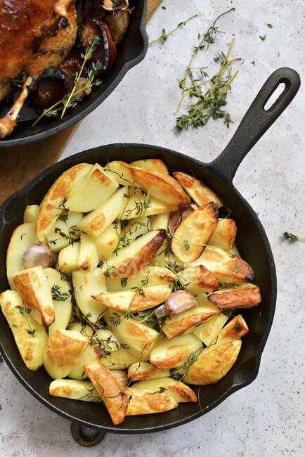 Las patatas cocidas en la cacerola - foto de stock