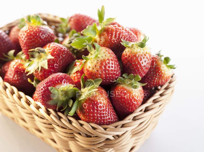 Primer plano de deliciosas fresas en una cesta - foto de stock