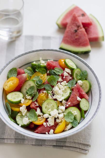 Salade de pastèque, concombre, tomates jaunes, menthe et feta — Photo de stock