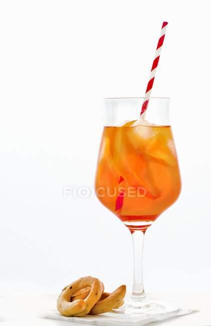 Aperol Spritz у склянці з соломою — стокове фото