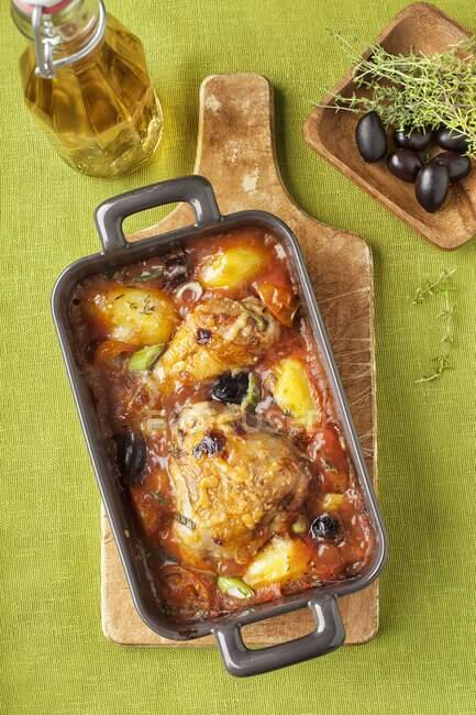 Курча в білому вині і томатний соус з картоплею. — стокове фото
